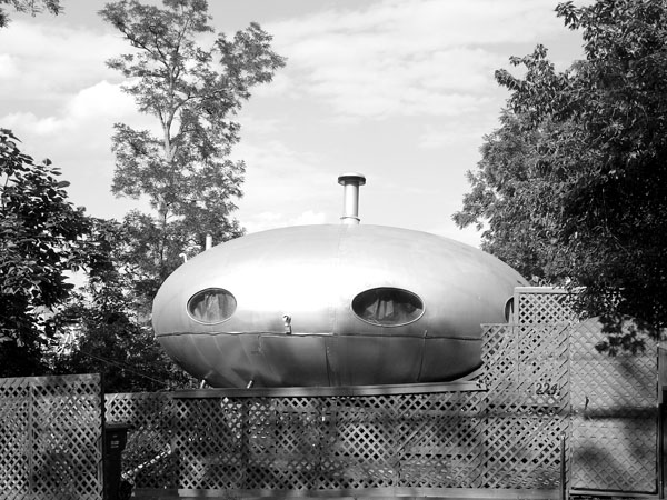 This vintage flyer saucer Space Age tiny home is known as the Futuro Home. It was designed by architect Matti Suuronen in the 1960s. This home is located in Idyllwild, CA.