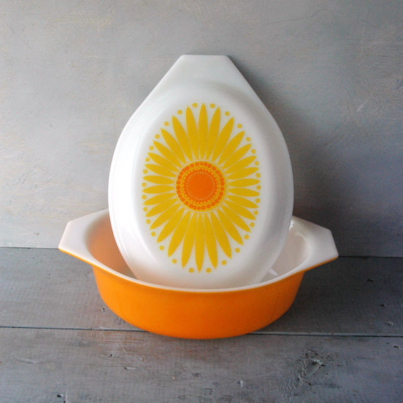 Vintage Daisy Pattern Pyrex Casserole Dish / By SwitchbladeandCookie on Etsy